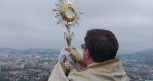 Padre de Braga abençoa a cidade desde o Monte Picoto