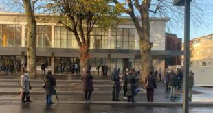 Dezenas de pessoas fazem fila para entrar no renovado do Mercado Municipal de Braga